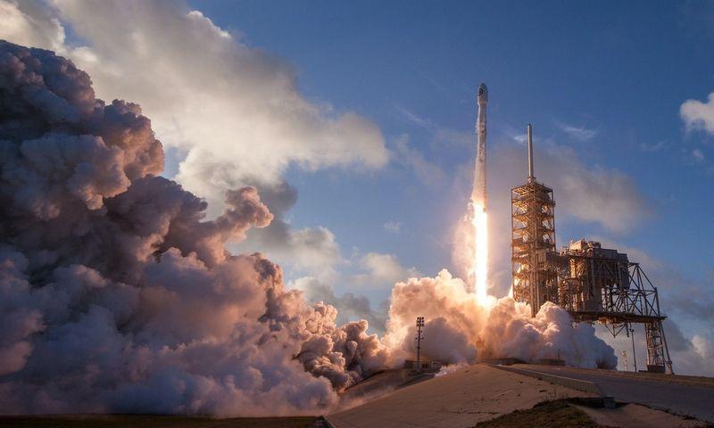 """""""SpaceX"""" raketos pakilimas """"Unsplash"""" nuotr."""