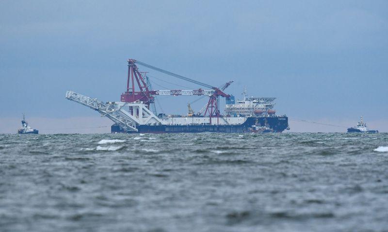 """Laivas """"Fortuna"""" Meklenburgo įlankoje sausio 14 d., Rusijai ruošiantis atnaujinti """"Nord Stream 2"""" dujotiekio statybą. Annegret Hilse (""""Reuters""""/ Scanpix"""") nuotr."""