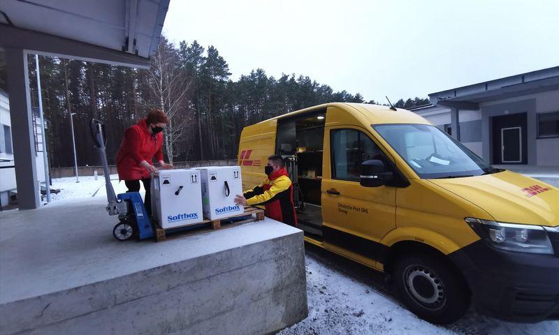 Vokietijos siuntų tarnyba DHL į Lietuvą atveža COVID-19 vakcinas. Įmonės nuotr.