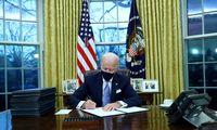J. Bidenas pasirašė virtinę įsakų, tarp jų – sprendimą prisijungti prie klimato sutarties