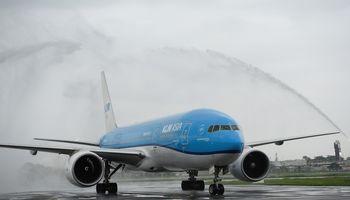 KLM atleisdarbuotojų ir įspėja apie ilgųjų skrydžių galimą stabdymą