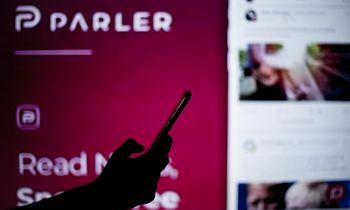 """""""Parler"""" neįtikino teismo, kad """"Amazon"""" socialinį tinklą išjungė neteisėtai"""
