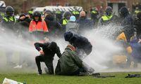 Nyderlanduose dėl įvestos komendanto valandos kilo gyventojų ir policijos susirėmimų