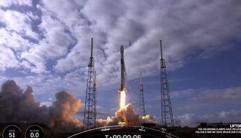 """""""SpaceX"""" rekordas – 143 palydovai vienoje raketoje"""