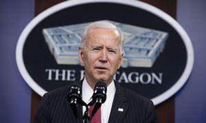 J. Bidenas nurodė persvarstyti karinę strategiją Kinijos atžvilgiu