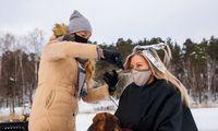 Prieš suvaržymus protestuojantys Latvijos kirpėjai kerpa apsnigtuose miškuose ar ant ledo