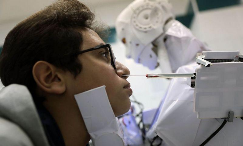 """Prasidėjus pandemijai, ne viena robotikos bendrovė ieško būdų, kaip pritaikyti savo žinias kovoje su virusu. Ahmedo Gomaa (SIPA / """"Scanpix"""") nuotr."""