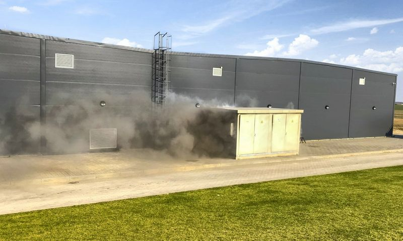 Ugnis visiškai suniokojo greta gamyklos stovėjusią elektros transformatorinę, iš kurios elektros energija buvo tiekiama gamybiniams įrengimams. Bendrovės nuotr.