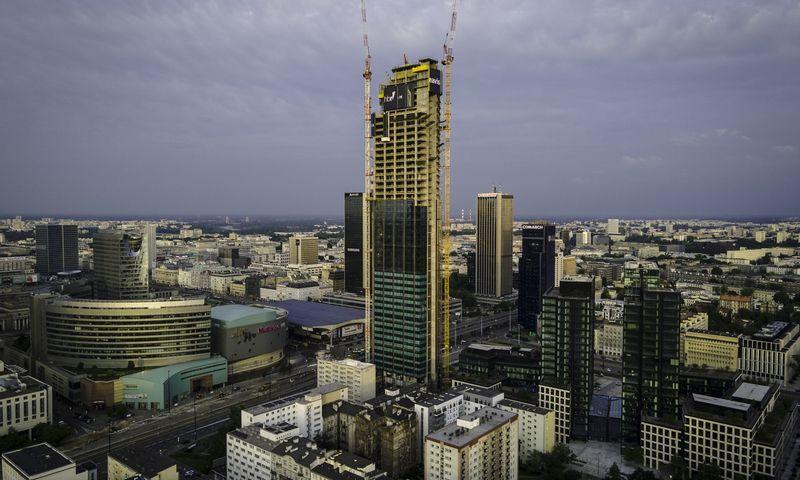 """""""Varso"""" bokštas Varšuvos centre. Jaap Arriens / Xinhua / """"Scanpix"""" nuotr."""