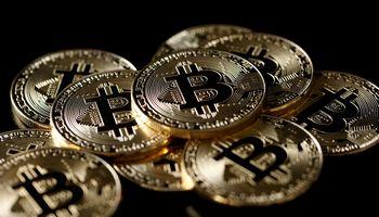 """""""Coinbase"""" tarp rizikų kriptovaliutoms mato ir bitkoino kūrėją"""
