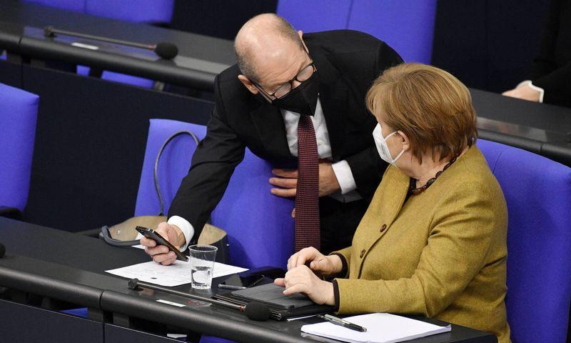 """Vokietijos finansų ministras Olafas Scholzas ir kanclerė Angela Merkel. Frederico Kerno (""""Imago Images"""" / """"Future Image"""" / """"Scanpix"""") nuotr."""
