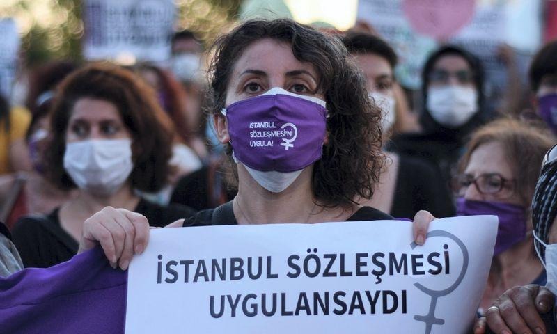 Turkijoje neretos protesto prieš smurtą artimoje aplinkoje demonstracijos, per kurias reikalaujama laikytis Stambulo konvencijos reikalavimų. Dilara Acikgoz (INA/Scanpix) nuotr.