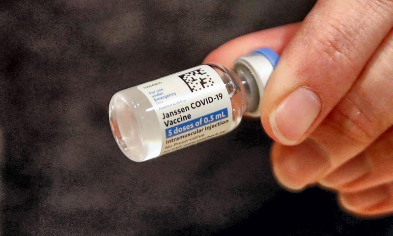 """""""Johnson & Johnson"""" vakcina bus šią savaitę patvirtinta Europos Sąjungoje. Kamilio Krzaczynskio (AFP / """"Scanpix"""") nuotr."""