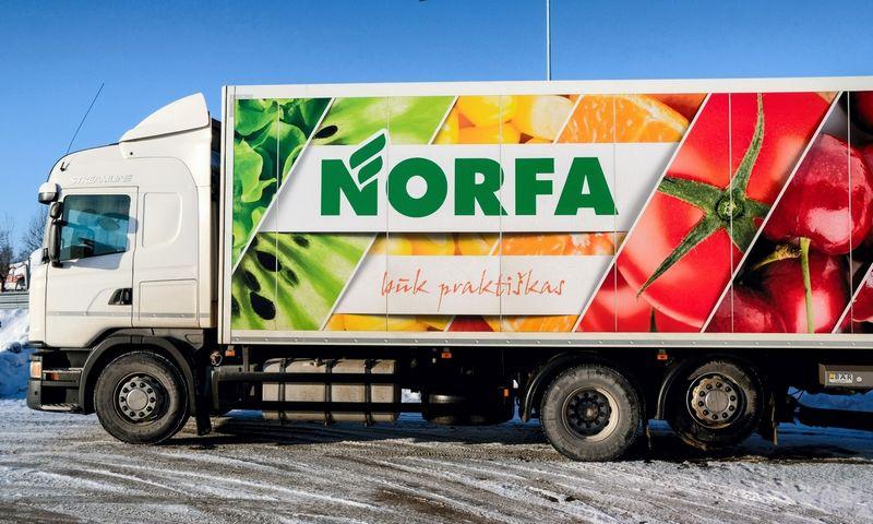 """Nuo šiol iš tiekėjų įsigytus nefasuotus riešutus ir džiovintus vaisius """"Norfos"""" užsakymu partneriai įvairiais kiekiais specialiai sufasuoja. Vladimiro Ivanovo (VŽ) nuotr."""