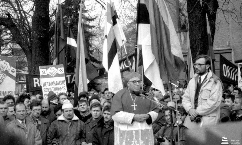 Iš parodos: protestas prieš jaunuolių tarnybą sovietinėje armijoje, kalbą sako kardinolas Vincentas Sladkevičius, 1990 m., Kaunas. Viktoro Kapočiaus / Lietuvos valstybės centrinio archyvo nuotr.