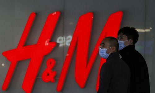 Kinija įspėjo H&M, kad ji neuždirbs šalyje nė cento, jei boikotuos Sindziango medvilnę