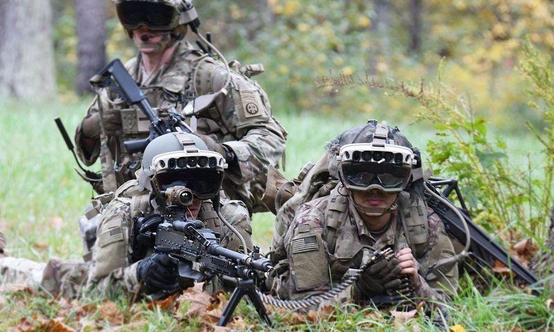 JAV kariai pratybose su papildytos realybės įrenginiais IVAS. (JAV Kariuomenės-Scapix. nuotr).