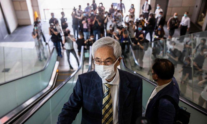 """Buvęs teisininkas ir advokatas Honkongo """"demokratijos tėvas"""" Martinas Lee atvyko į teismą, kuriame išgirdo nuosprendį. Isac Lawrence (AFP/""""Scanpix"""") nuotr."""