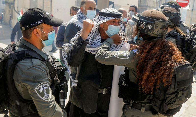"""Izraelio policija malšina palestiniečių demonstraciją Vakarų Krante. Reneen Sawafta (""""Reuters""""/""""Scanpix"""") nuotr."""