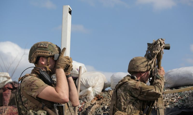 """Ukrainos kariuomenė stebi separatistų kontroliuojamą teritoriją Donceko srityje. Serhiy Takhmazov (""""Reuters""""/""""Scanpix"""") nuotr."""