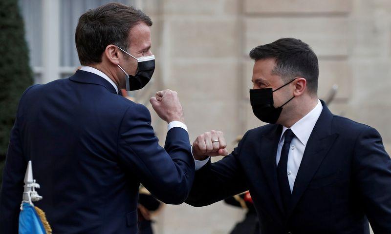"""Emmanuelis Macronas, Prancūzijos prezidentas ir Volodymyras Zelenskis, Ukrainos prezidentas. Benoito Tessierio (""""Reuters"""" / """"Scanpix"""") nuotr."""