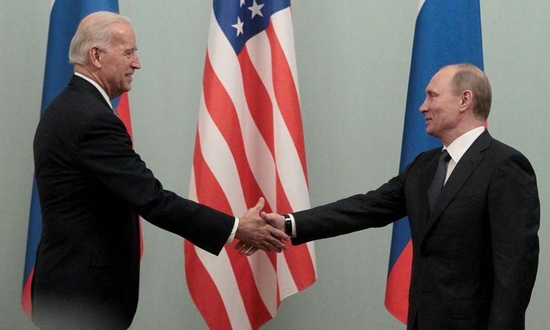 """Joe Bidenas, JAV prezidentas, ir Vladimiras Putinas, Rusijos prezidentas. Aleksanderio Natruskino (""""Reuters / """"Scanpix"""") nuotr."""