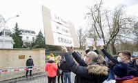 Čekijoje protestuotojai susirinko prie Rusijos ambasados
