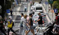 Izraelis atšaukia reikalavimą dėvėti kaukes lauke, atidaro mokyklas