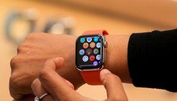 """Telia pradeda siūlyti """"Apple Watch"""" su eSIM"""