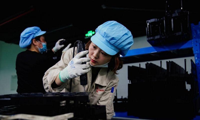 """Elektromobilių baterijų gamykla Kinijoje. Aly Song (""""Reuters"""" / """"Scanpix"""") nuotr."""