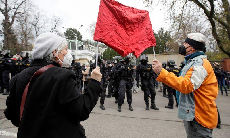 """Prahoje savaitgalį vyko protestai prie Rusijos ambasados dėl sprogdinimų amunicijos sandėliuose Vrbicėje. David W. Cerny (""""Reuters""""/""""Scanpix"""") nuotr."""