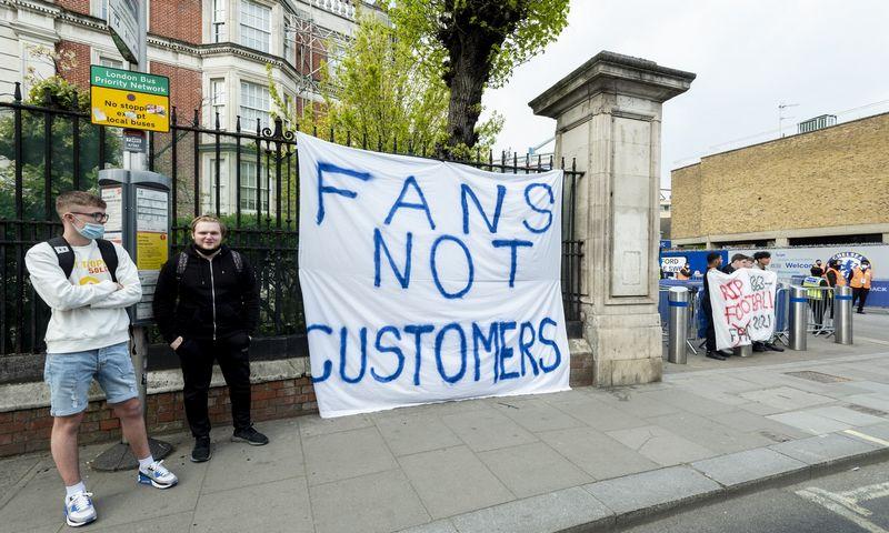 """""""Chelsea"""" gerbėjai antradienį buvo susirinkę protestuoti prie klubo stadiono Londone """"Stamford Bridge"""". Stepheno Chungo (""""London News Pictures"""" / """"ZUMA Wire"""" / """"Scanpix"""") nuotr."""