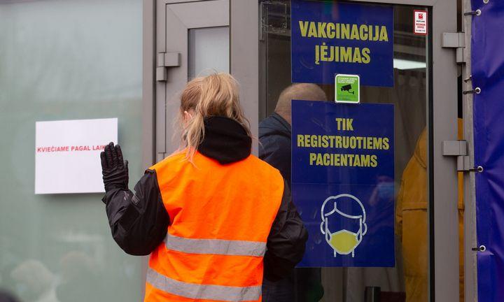 """EVA: """"AstraZeneca"""" vakcinos nauda didėja su amžiumi"""
