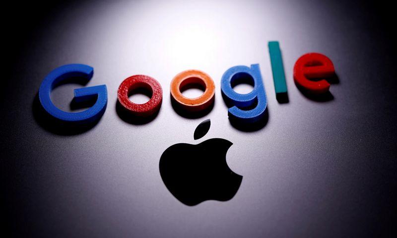 """Google"" ir ""Apple"" logotipai. (Dado Ruvic- ""Reuters"" – ""Scanpix"" nuotr.)"