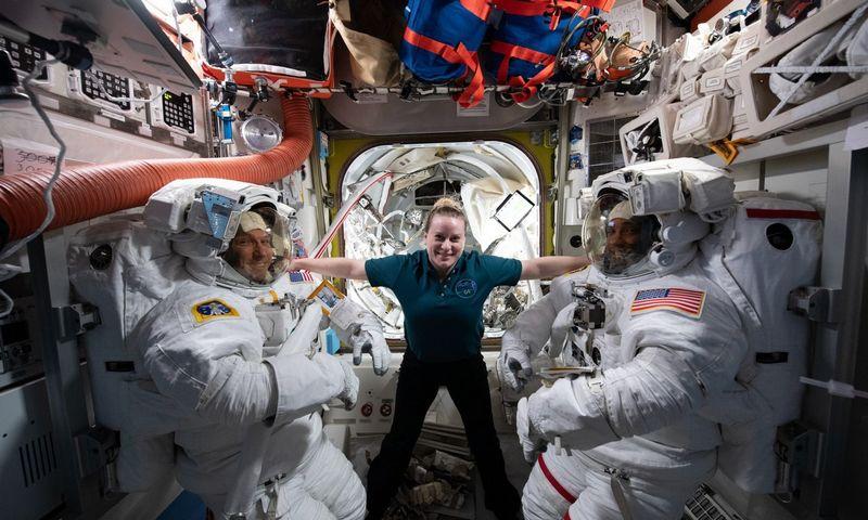 """64 ekspedicijos TKS įgulos nariai, iš kairės: Michaelis Hopkinsas, Kate Rubins ir Victoras Gloveris. NASA (""""Scanpix"""" / """"ZUMA Wire"""") nuotr."""