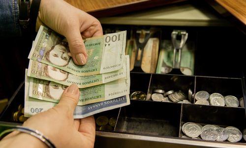 Smulkieji nepritaria atlyginimų mokėjimui į sąskaitas