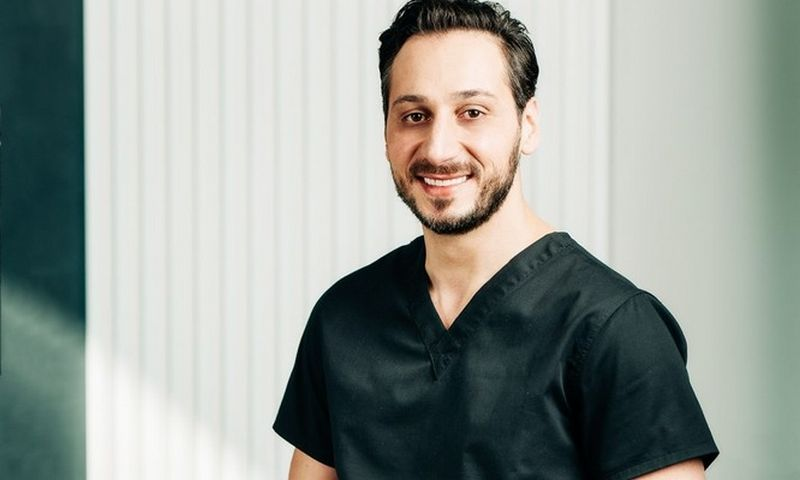 """""""Implamedika"""" vadovas ir burnos chirurgas Soheil Bechara."""