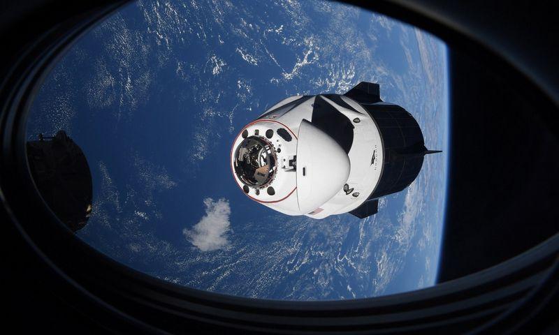 """""""SpaceX Crew Dragon"""" kapsulė švartuojama prie TKS. NASA (""""Scanpix"""" / AP) nuotr."""
