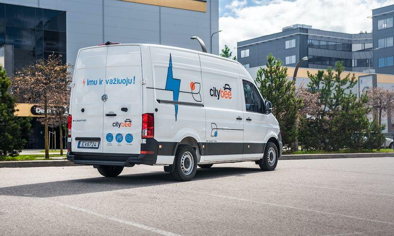 """Pirmieji """"CityBee"""" elektromobiliai – komerciniai """"VW e-Krafter"""". Įmonės nuotr."""