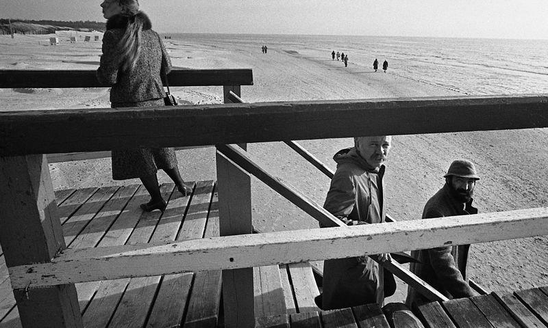 Petras Repšys (antras iš dešinės) su dailininku ir bičiuliu Algimantu Švėgžda Palangoje 1988-aisiais. Algimanto Kunčiaus / Lietuvos nacionalinio muziejaus nuotr.