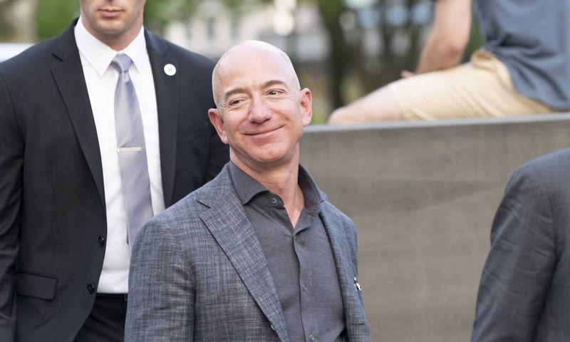 "Jefo Bezoso ""Amazon"" pelnas šoktelėjo daugiau kaip triskart.  Lev Radin (""Reuters"" / ""Scanpix"") nuotr."