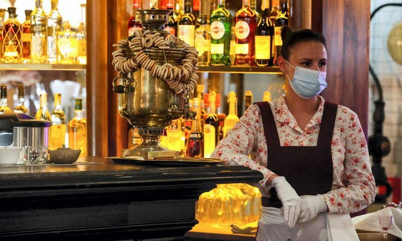 "Padavėja laukia klientų. Restoranas ""Matrioška"" Maskvoje. Sergei Karpukhin (TASS/""Scanpix"") nuotr."