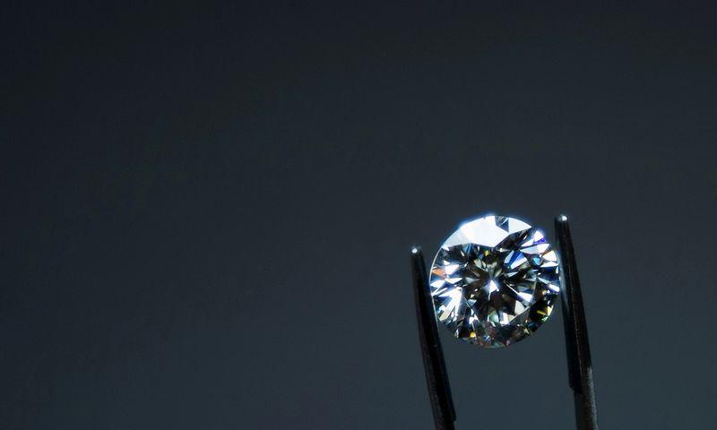 """Deimantų sertifikavimas Antverpeno pasaulio deimantų centre. Yves'o Hermano (""""Reuters"""" / """"Scanpix"""") nuotr."""