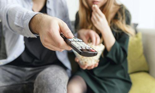 Pramoga ir atsipalaidavimo būdas: kaip šiuolaikinė televizija lengvina žmonių gyvenimą?