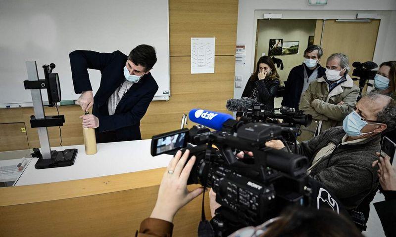 """Bordo vynininkystės institute (ISVV) atidaromas kosmose pabuvęs """"Petrus"""" butelis. Philippe Lopez (AFP / """"Scanpix"""") nuotr."""
