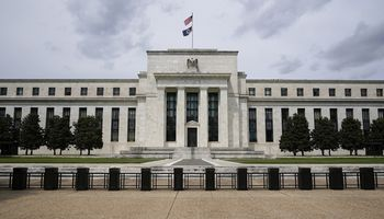 FED perspėja dėl investuotojų drąsos ir skolų keliamų pavojų rinkoms