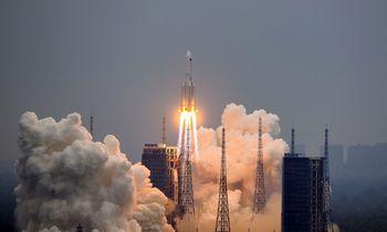 Didelė Kinijos raketos dalis subyrėjo virš Indijos vandenyno
