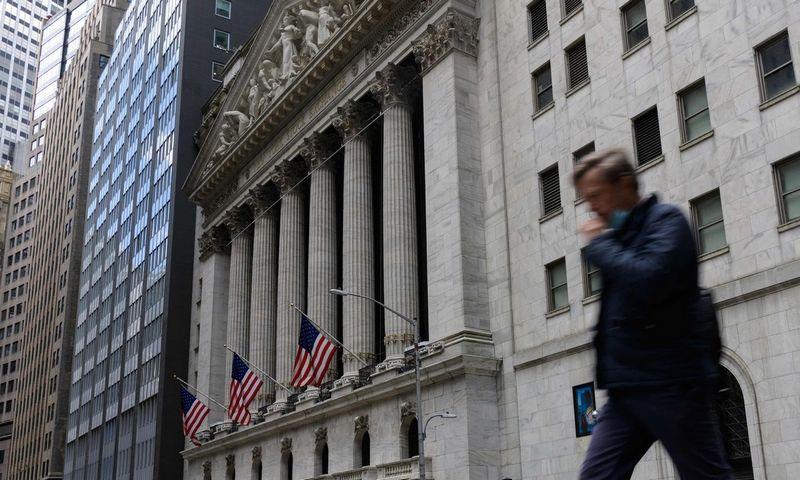 Ritasi infliacijos baimių išprovokuotas išsipardavimas, apsaugą mato akcijose