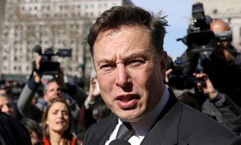 """Suspenduoti atsiskaitymai bitkoinais už """"Teslas"""" smukdo kriptovaliutų rinką"""