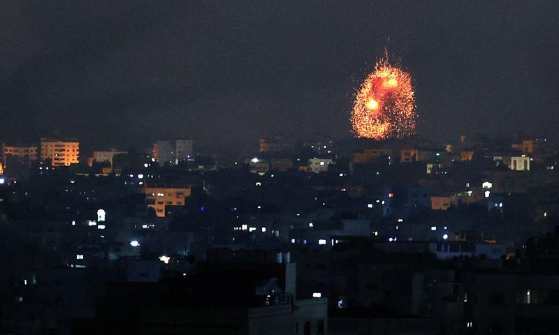 """Izraelis penktadienio naktį atakavo Gazos Ruožo šiaurinę dalį – sprogimas Beit Lahia mieste. Mohammed Abed (AFP/""""Scanpix"""") nuotr."""